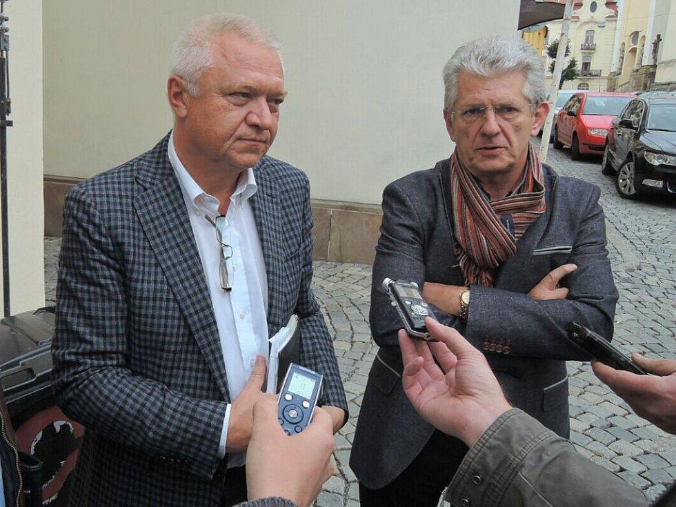 Lídr ANO v Olomouckém kraji Oto Košta (vpravo) a člen vyjednávacího týmu Jaroslav Faltýnek před sídlem ČSSD v Olomouci