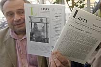 Václav Burian, současný vydavatel a redaktor Listů, drží přetisk prvního vydání z roku 1971 (vpravo) a nejnovější číslo.