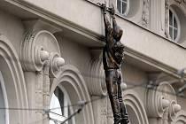 Socha Davida Černého šplhá po fasádě Muzea moderního umění v Olomouci.