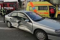 Srážka renaultu s BMW ve Velkomoravské ulici v Olomouci