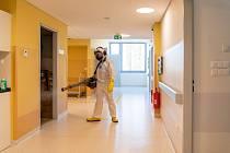 Zlepšující se epidemiologická situace umožňuje, aby se některé covidové jednotky ve Fakultní nemocnici Olomouc postupně vracely do standardního režimu. Před tím hasiči oddělení dekontaminují.