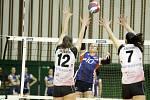Olomoucké volejbalistky porazily ve druhém zápase semifinále play-off Ostravu (v bílém) 3:0 a srovnaly stav série na 1:1Monika Dedíková