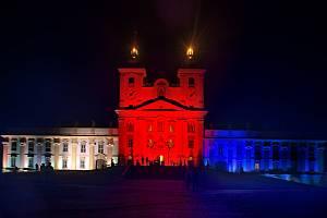 Olomouckou radnici a baziliku na Svatém Kopečku ozářila trikolóra.