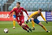 SFC Opava proti Sigmě Olomouc. Lukáš Kalvach (SK Sigma Olomouc), Jakub Janetzký (SFC Opava).