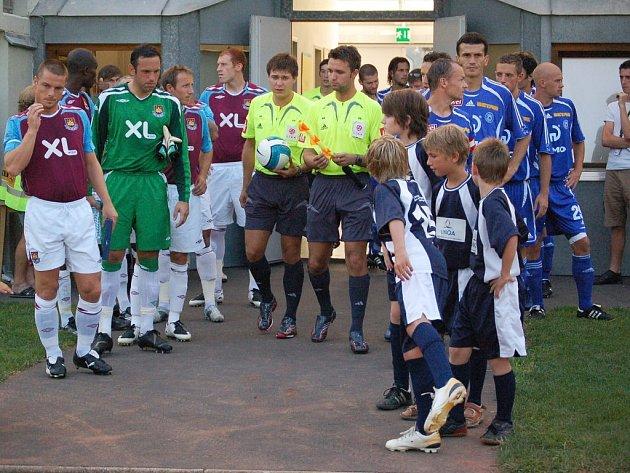 Hráče West Hamu vede na hřiště kapitán Scott Parker, který dříve oblékal dres městského rivala z Chelsea. Za ním nastupují brankář Richard Wright, Lee Bowyera ryšavý obránce Jonathan Spector.