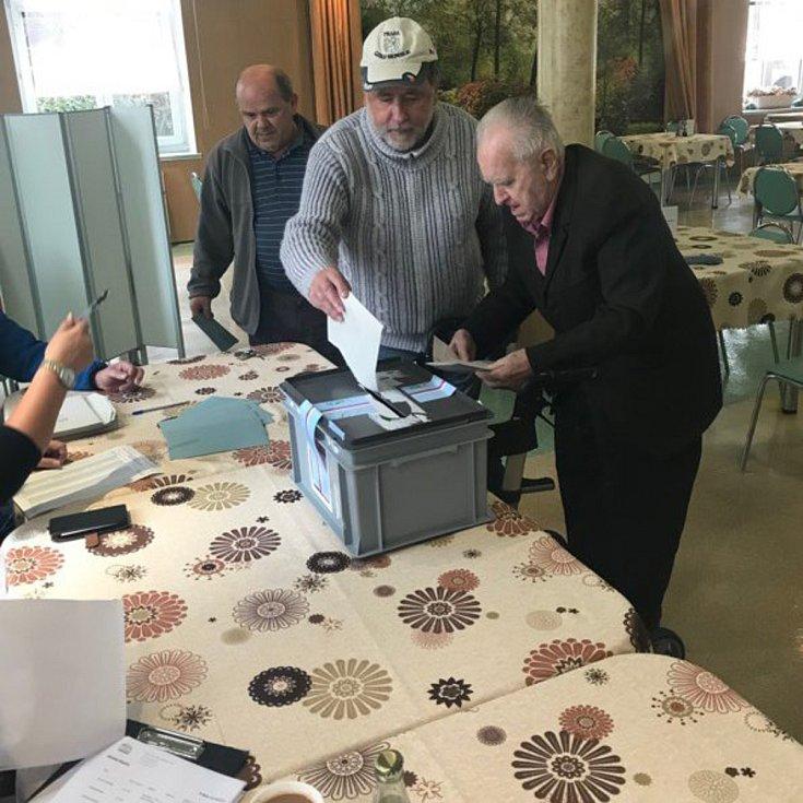 Volební místnost v Domově seniorů v Radkově Lhotě na Přerovsku. Lidé volí v jídelně