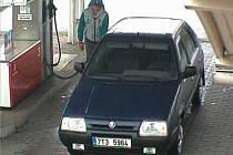 Zloděj benzínu, jak jej zachytila kamera na ulici 1. máje v Mohelnici