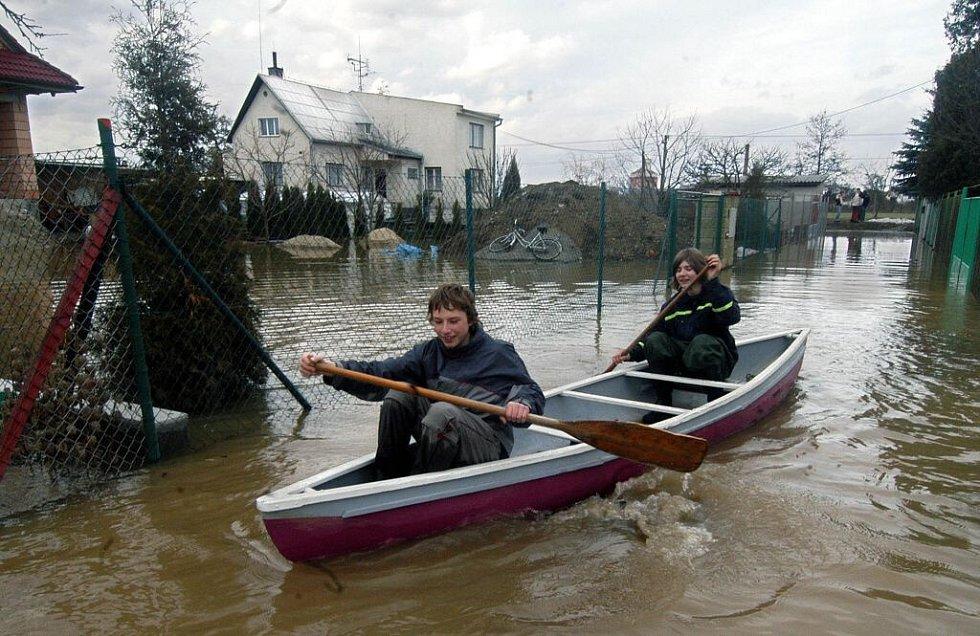 Ve čtvrtek 30. března museli v Litovli-Komárově Petr s Lukášem ven s lodí a pádle