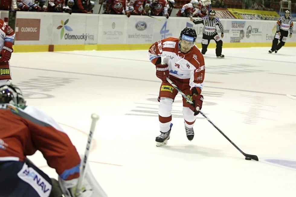 Olomoučtí hokejisté (v bílém) porazili na svém ledě Pardubice 2:1. František Skladaný dává gól.