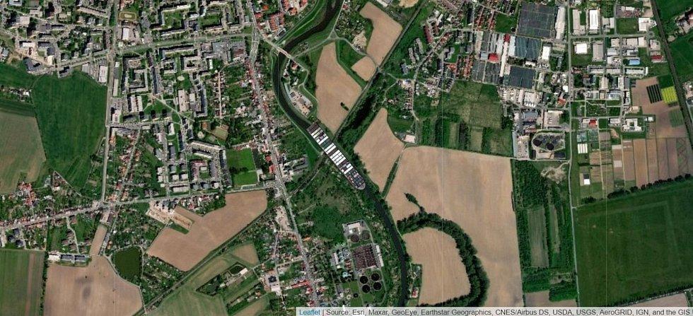 Kontejnerová loď Ever Given na řece Moravě na jižním okraji v Olomouce