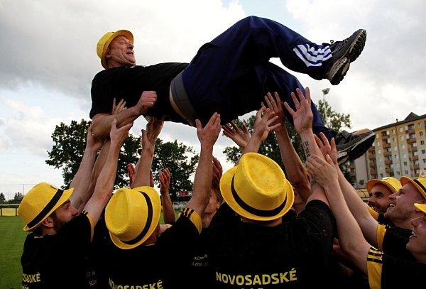 Fotbalisté Nových Sadů (ve žlutém) porazili Dolany 8:1 a radovali se zvítězství vsoutěži, trenér Karel Trnečka dostal hobla