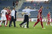 Olomoučtí fotbalisté (v červeném) remizovali se Slováckem 0:0. Tomáš Chorý (vpravo)