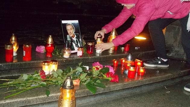 Pieta za Karla Gotta na Sloupu Nejsvětější Trojice na Horním náměstí v Olomouci