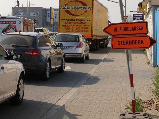 Oprava tramvajového oblouku v křižovatce ulic Hodolanská a Ostravská vyhání řidiče po objízdné trase do ulice Pavlovická