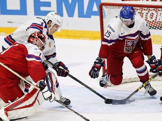 Češi proti USA ve čtvrtfinále na MS juniorů 2016. Američan Dvorak skóruje mezi gólmanem Vaněčkem a Hronkem.