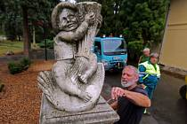 Přibližně metr a půl vysoká socha Krále Ječmínka z dílny olomouckého sochaře Juliana Pelikána zdobí nyní prostor před Palmovým skleníkem ve Smetanových sadech v Olomouci