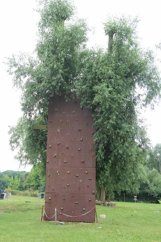 Návštěvníci kempu mohou vyzkoušet lezeckou stěnu.