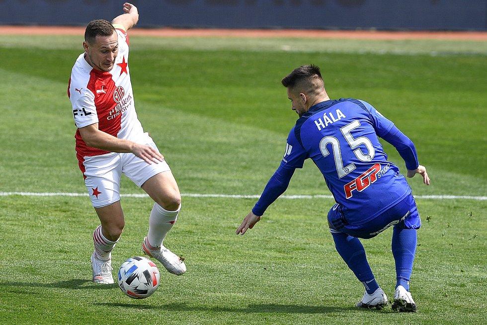 Čtvrtfinále českého fotbalového poháru MOL Cup: SK Sigma Olomouc - SK Slavia Praha 28. dubna 2021 v Olomouci. (zleva) Jan Bořil ze Slavie a Martin Hála z Olomouce.