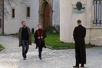 Stanislav Majer, Klára Melíšková a Jan Budař před olomouckou katedrálou v Hřebejkově Případu pro exorcistu