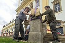 Návrat soch před vstup do baziliky Navštívení Panny Marie na Svatém Kopečku u Olomouce