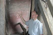 Farář olomouckého kostela svatého Michala Antonín Basler ukazuje, kde bude viset nový zvon.