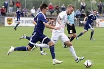 Fotbalisté Uničova (v modrém) podlehli ve druhém kole českého poháru 1:3 prvoligovému Slovácku
