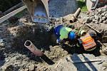 Bagrista při výkopu kanalizace překopl plynovod