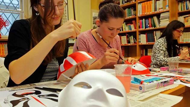 Malování čínských masek na Konfuciově akademii při Univerzitě Palackého v Olomouc
