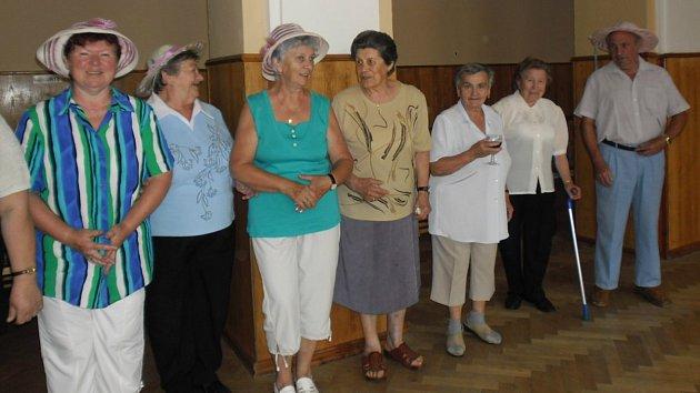 Členové Seniorklubu Cholina