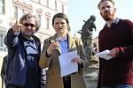 Režisér Jan Hřebejk (vlevo), Klára Melíšková jako vyšetřovatelka Marie Výrová a Stanislav Majer jako její kolega Pavel Mráz. Natáčení Případu pro exorcistu v Olomouci