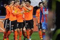 Autor gólu, záložník Jakub Podaný (uprostřed) přijímá gratulaci od záložníků Daniela Rossiho (třetí zprava) a Marka Heinze, vpravo je plzeňský obránce František Rajtoral.