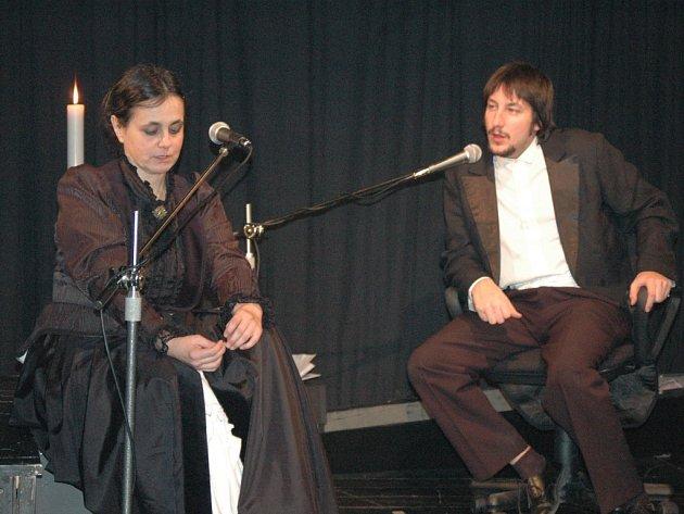 V inscenaci Dávno, dávno již tomu doprovází Ivanu Plíhalovou mladý herec Miroslav Ondra.