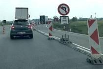 Na silnici I/46 u Dolan se stále pracuje na bezpečnějším řešení křižovatky se silnici třetí třídy na Tovéř. Z Olomouce na Šternberk už se nemusí po objížďce přes Samotišky, komunikace je však zúžena a úsekem je potřeba projíždět opatrně.