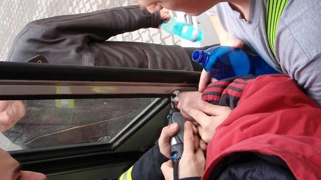 Chlapec si skřípl prst v mechanismu zavírání dveří.