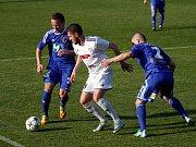 Fotbalisté Holice (v bílém) proti Prostějovu