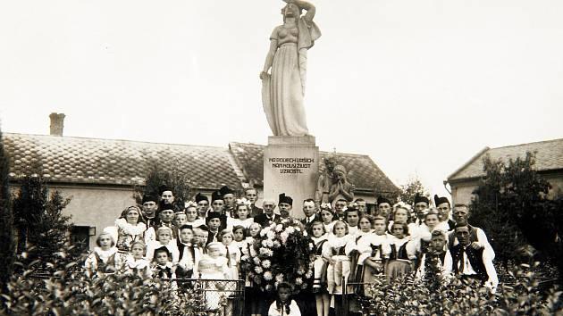 POMNÍK OBĚTEM PADLÝM V PRVNÍ SVĚTOVÉ VÁLCE. Socha byla slavnostně odhalena 24. června v roce 1928 kdesátému výročí vzniku samostatného státu. Autorem sochy Vlast je Julius Pelikán, dílo je památkou na bohatou činnost Odboru národní jednoty.