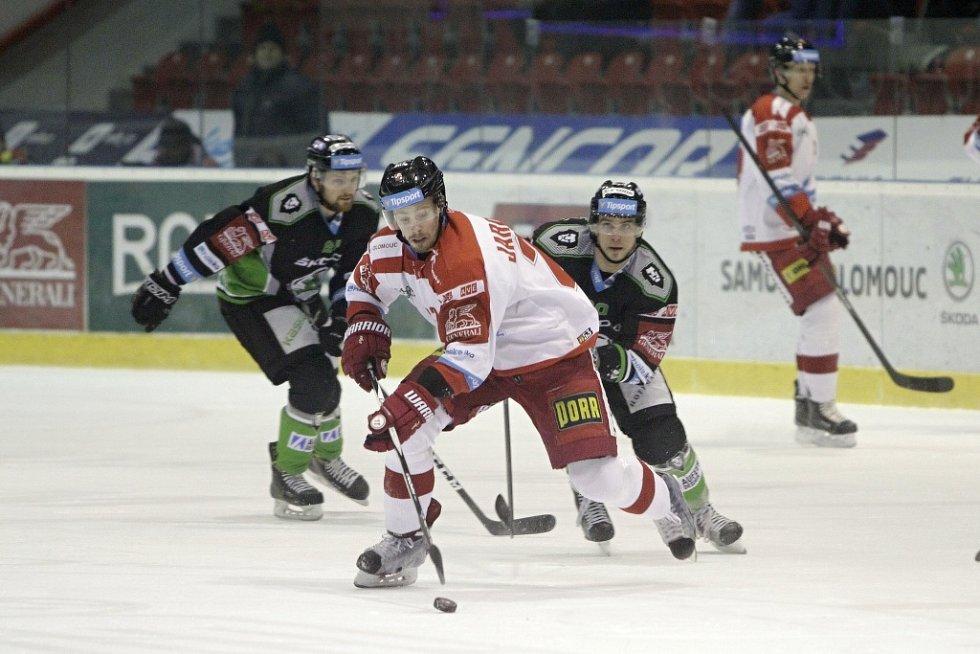 Olomoučtí hokejisté (v bílém) podlehli Mladé Boleslavi 2:4. Jan Jaroměřský (u puku).