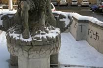 Poškozená kašna Tritonů na náměstí Republiky v Olomouci