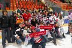 Fanoušci slaví na ledě vítěztsví Mory ve skupině.