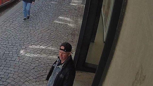Hledaný podvodník na záběrech kamerového systému