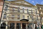 Před budovou Moravského divadla na olomouckém Horním náměstí vyrůstá lešení. Během prázdnin dojde k opravě střešního pláště. Břidlice se stářím rozpadá a střechou tak několikrát zatékalo, 29. června 2021