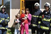 Malý hrdina s maminkou a svou sestřičkou, kterou zachránil z hořící kuchyně
