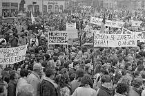 Demonstrace na náměstí Míru (dnes Horní náměstí). Listopad 1989 v Olomouci
