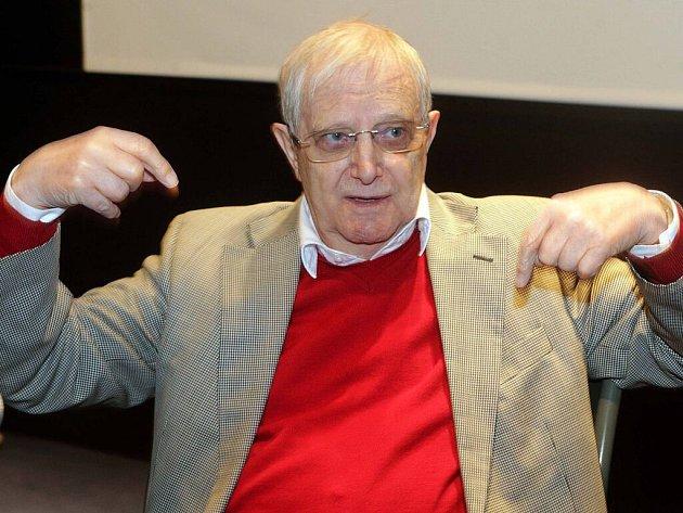 Jiří Suchý ve filmovém sále univerzitního konviktu