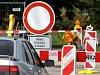 V Dolanech opravují silnici z Tovéře, před školou se buduje kruhový objezd