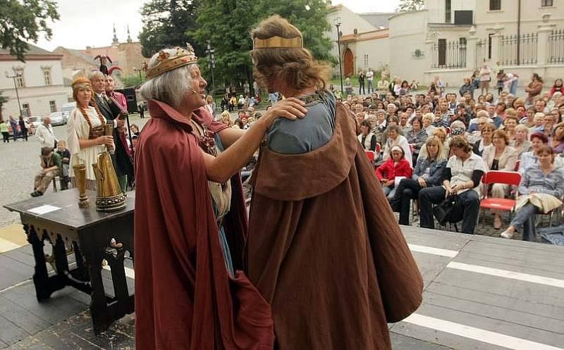 Hra o vraždě Václava III. před olomouckou katedrálou