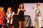 Jitka Hoczová (druhá zprava). Semifinále 6.ročníku soutěže Miss OK ve Velké Bystřici.