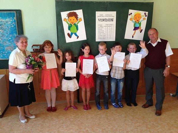 Vmalotřídce vKrčmani převzalo vysvědčení šest dětí