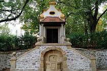 Kaple Panny Marie při vstupní bráně do parku hradu Bouzov na Olomoucku se dočkala obnovy. Má statické zajištění schodiště a taky obnovený nátěr fasády. Na snímku kaple po opravě.