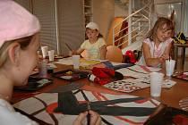 Děti při malování v prázdninové dílně